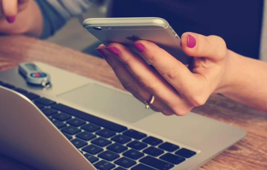 kvinna som tar sms lån